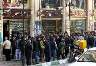 دعوای زرگری در خیابان فردوسی/ مصیبتهای خریداران دلار برای سود ۱.۵ میلیونی+ عکس و فیلم