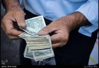 هجوم مردم برای خرید دلار ۱۷ هزار تومانی/ دولتی ها کجا هستند؟
