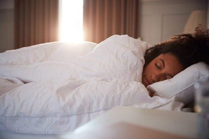 قبل از خواب کف پاهایتان را ماساژ دهید